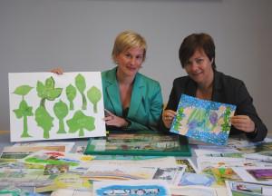 Birgit Münster-Rendel und Cornelia Muhl-Hünicke freuen sich über die zahlreichen Kunstwerke der Magdeburger