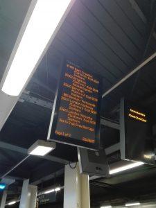 Abfahrtstafel am Bahnhof Gatwick Airport mit u.a. wegen Personalmangels verspäteten Zügen. (Archivbild vom 09.11.2016)