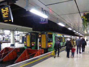 Zwei von Southern betriebene Nahverkehrszüge der Baureihe 377 (Electrostar) stehen am 30.03.2016 im Bahnhof London Victoria. (Max Yang/Zughalt.de)